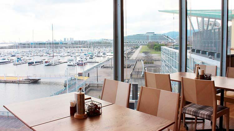 和と洋を融合した海を眺めるカフェです